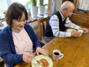 夫婦で仲良くホットケーキを食べる